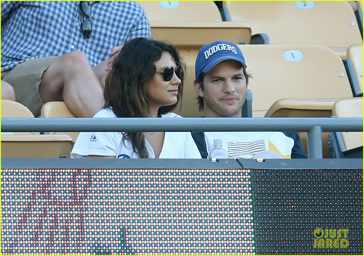 ashton kutcher mila kunis pack on pda dodgers game 01