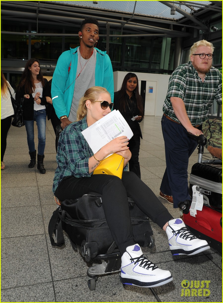 iggy azalea nick youn pushes her on a luggage cart 093139944
