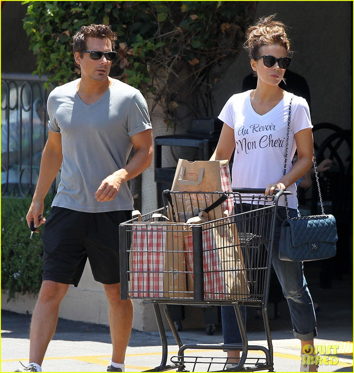 kate beckinsale len wiseman stock up on groceries 04