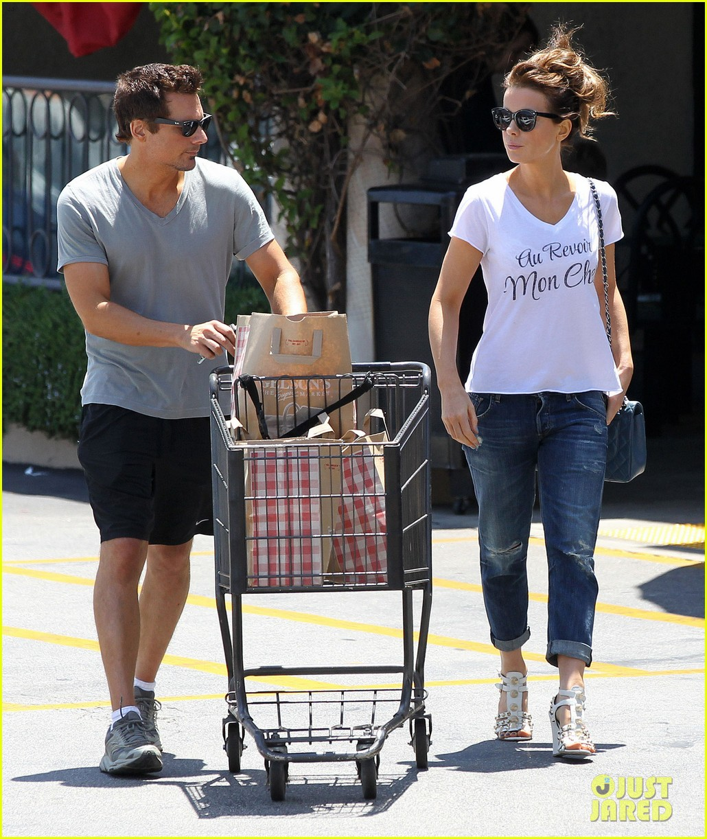 kate beckinsale len wiseman stock up on groceries 05