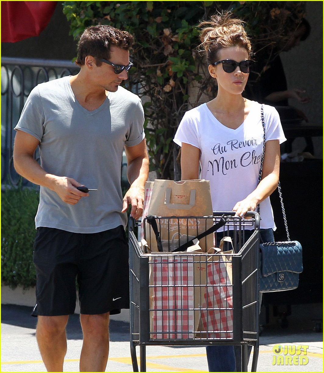 kate beckinsale len wiseman stock up on groceries 16