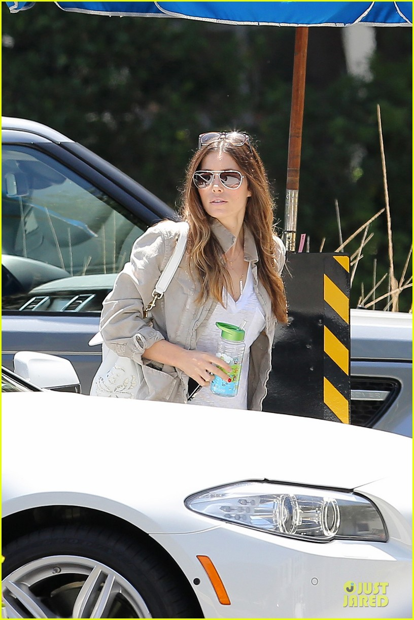 jessica biel finds justin timberlake at the golf course 05