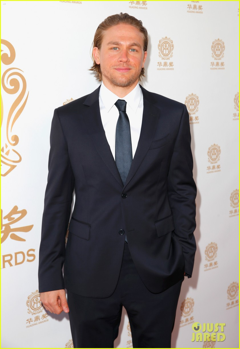 orlando bloom charlie hunnam two very handsome guys at huading awards 02