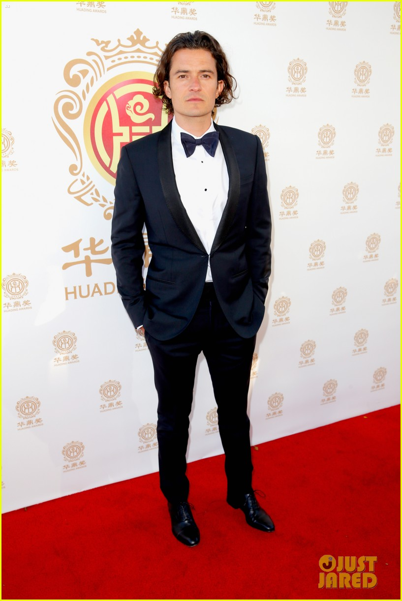 orlando bloom charlie hunnam two very handsome guys at huading awards 08