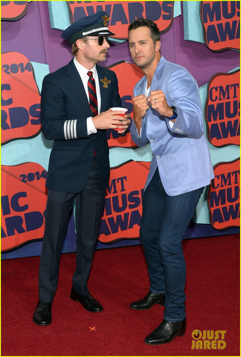 luke bryan takes wife caroline to cmt music awards 2014 10