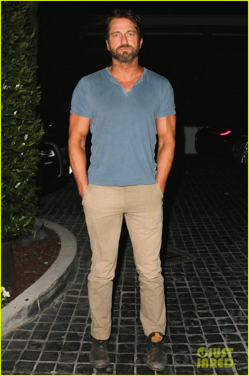 gerard butler brings his buff bod to dinner with friends 023129837