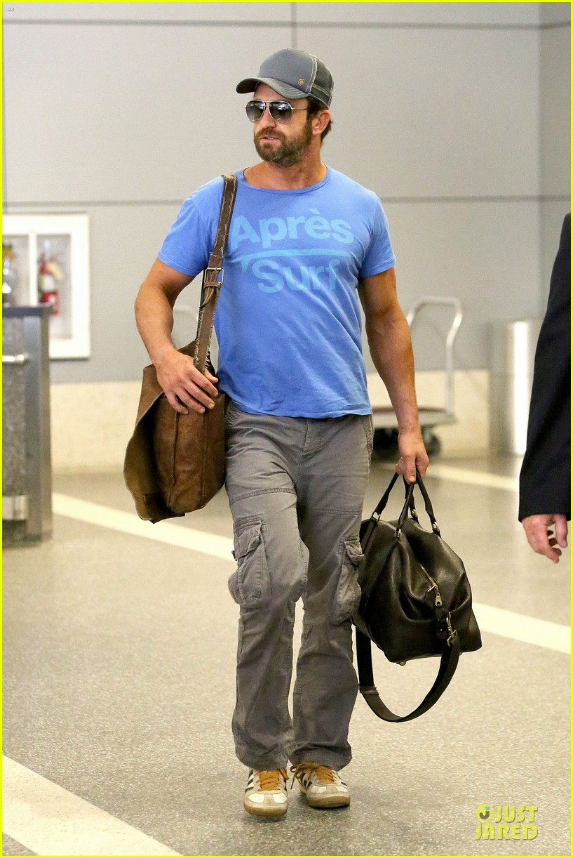 gerard butler has surfing on his mind 033128957