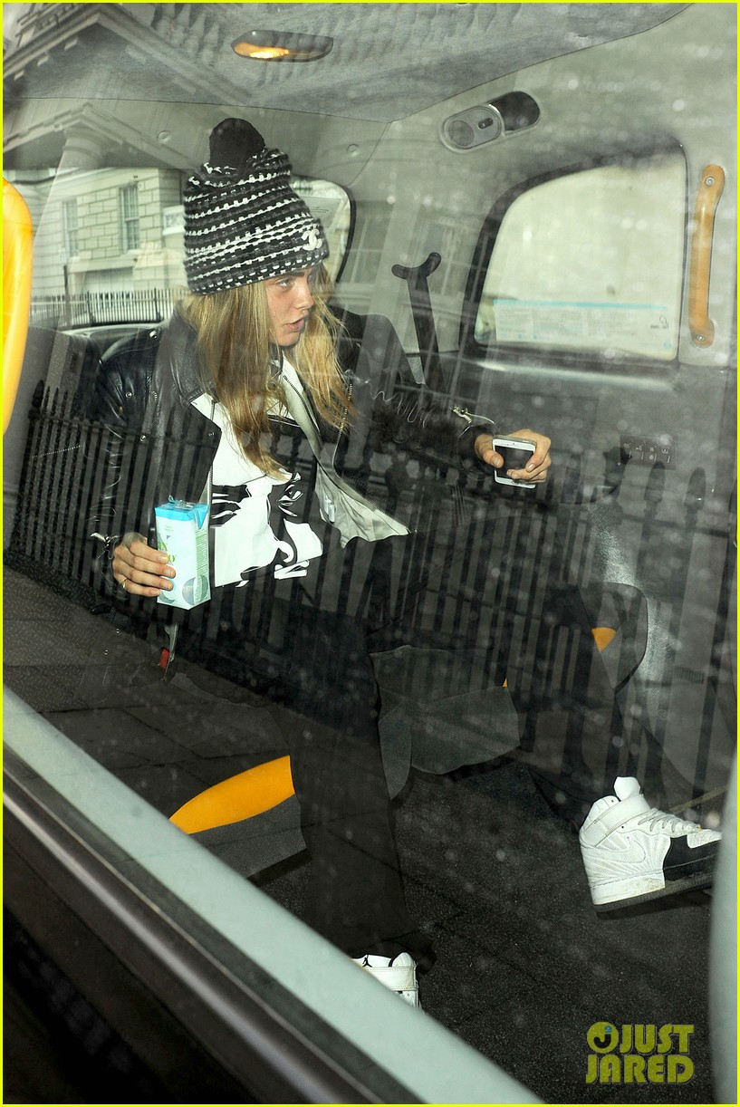 cara delevingne flips off paparazzi in london 20
