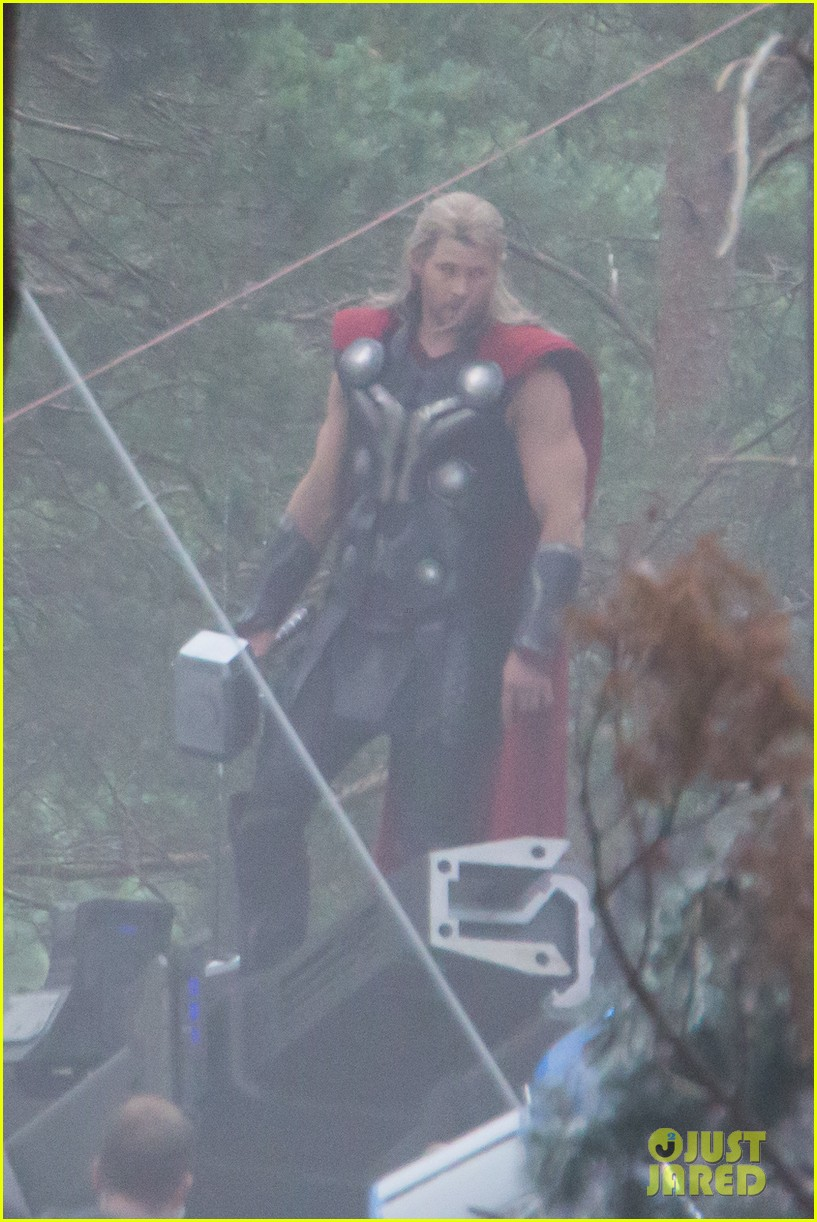 http://cdn03.cdn.justjared.com/wp-content/uploads/2014/06/chris-back/chris-hemsworth-back-in-costume-as-thor-03.jpg
