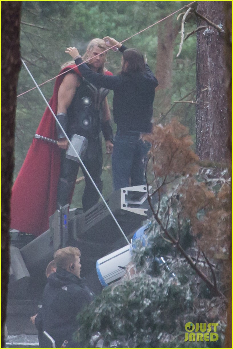 http://cdn03.cdn.justjared.com/wp-content/uploads/2014/06/chris-back/chris-hemsworth-back-in-costume-as-thor-11.jpg