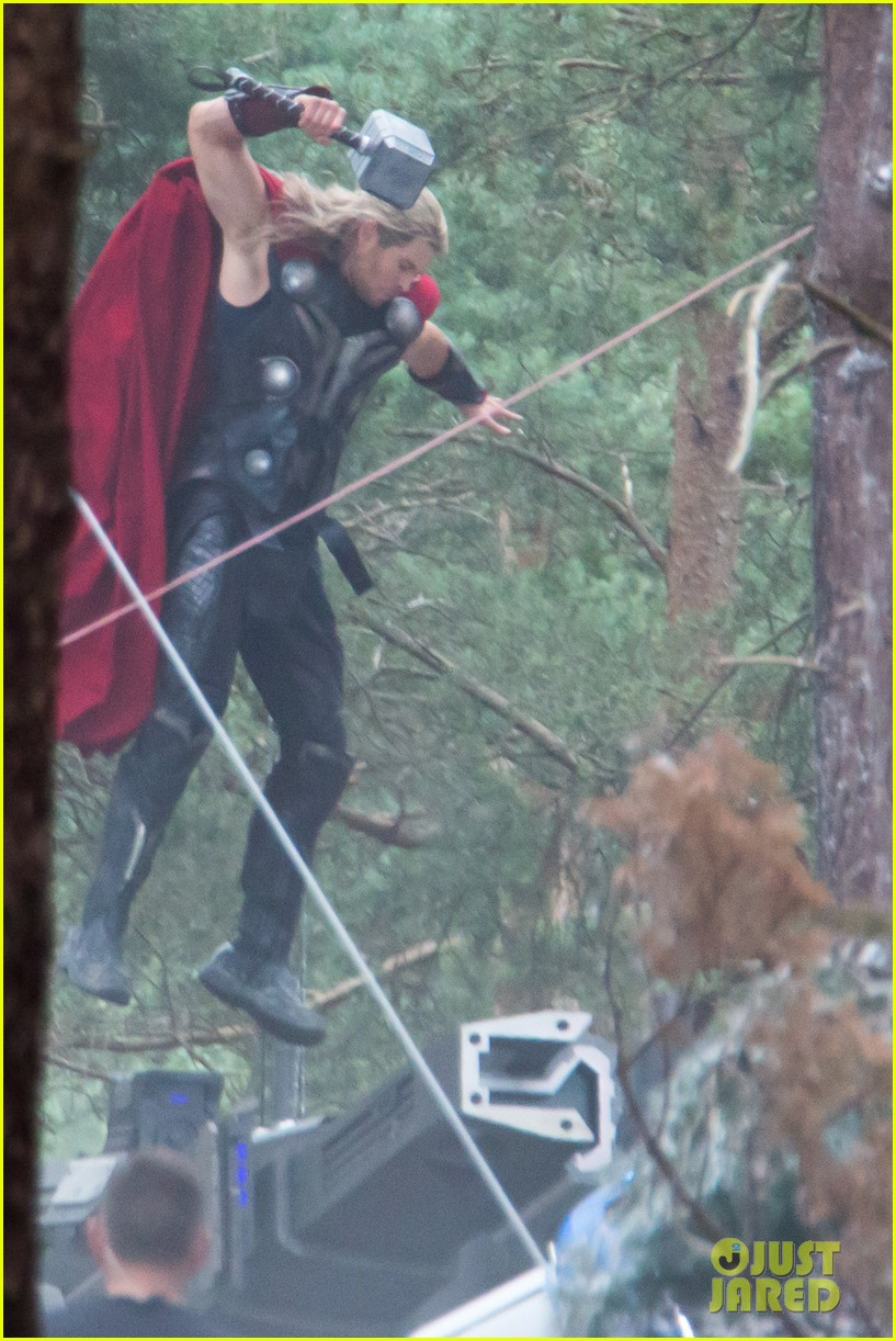 http://cdn03.cdn.justjared.com/wp-content/uploads/2014/06/chris-back/chris-hemsworth-back-in-costume-as-thor-14.jpg