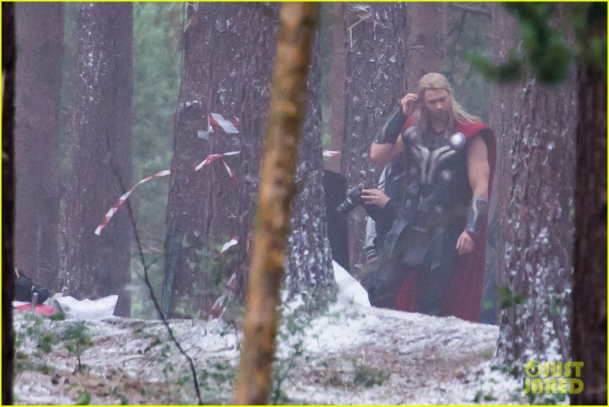 http://cdn03.cdn.justjared.com/wp-content/uploads/2014/06/chris-back/chris-hemsworth-back-in-costume-as-thor-17.jpg