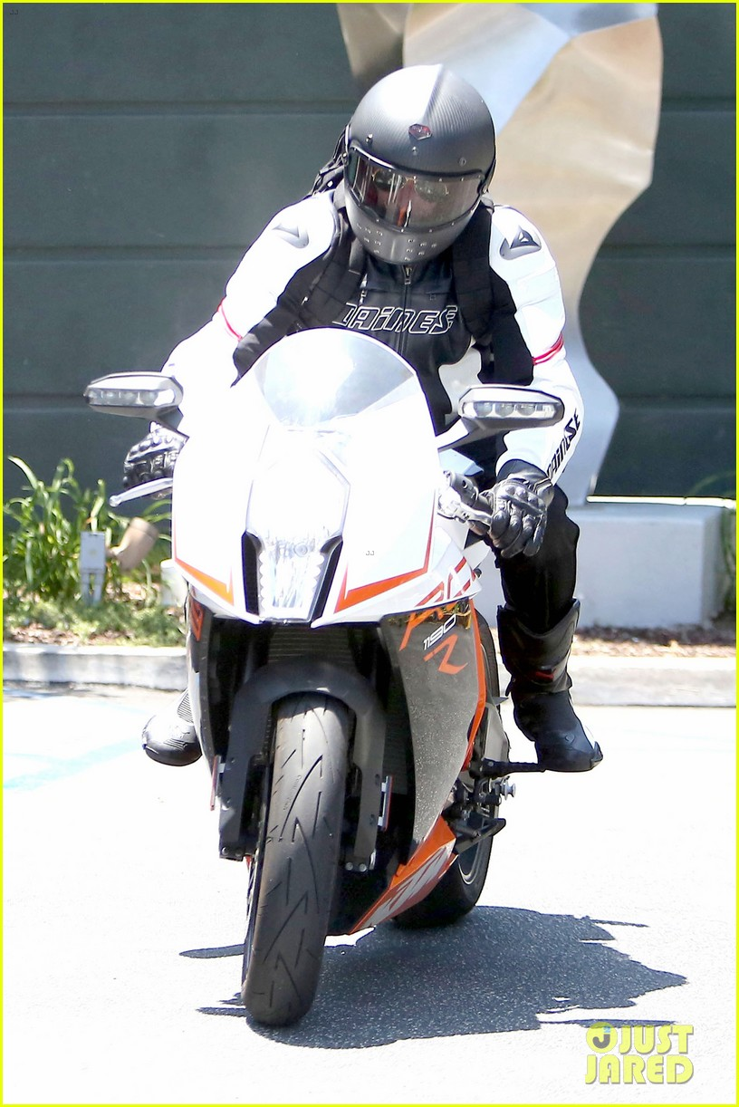 bradley cooper goes incognito in his motorcycle gear 12