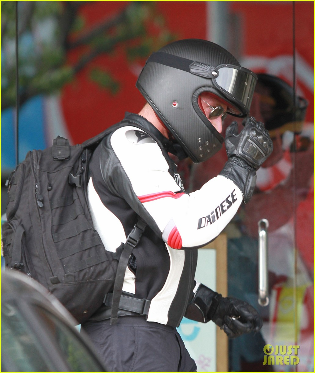 bradley cooper goes incognito in his motorcycle gear 18