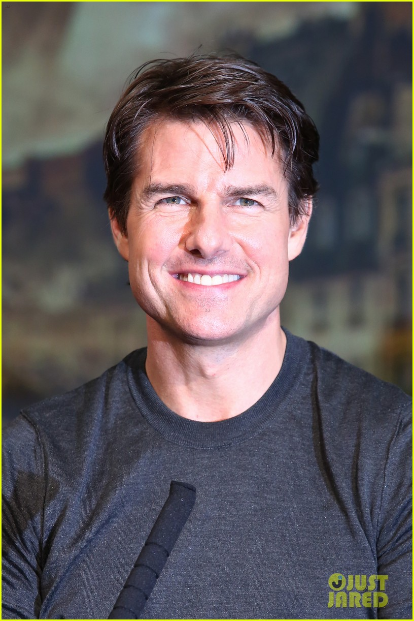 tom cruise joins edge of tomorrow director doug liman at tokyo press 01