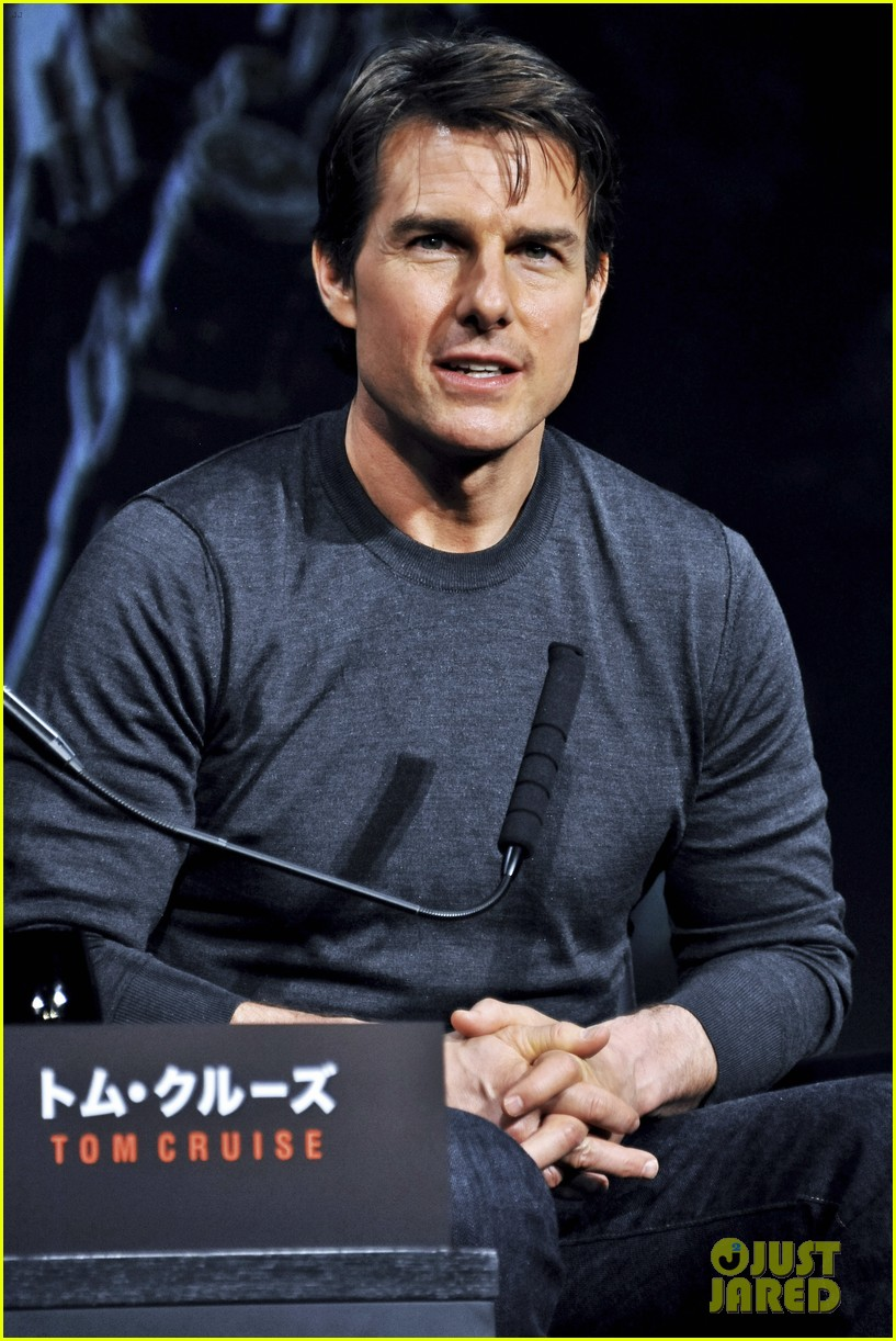 tom cruise joins edge of tomorrow director doug liman at tokyo press 06