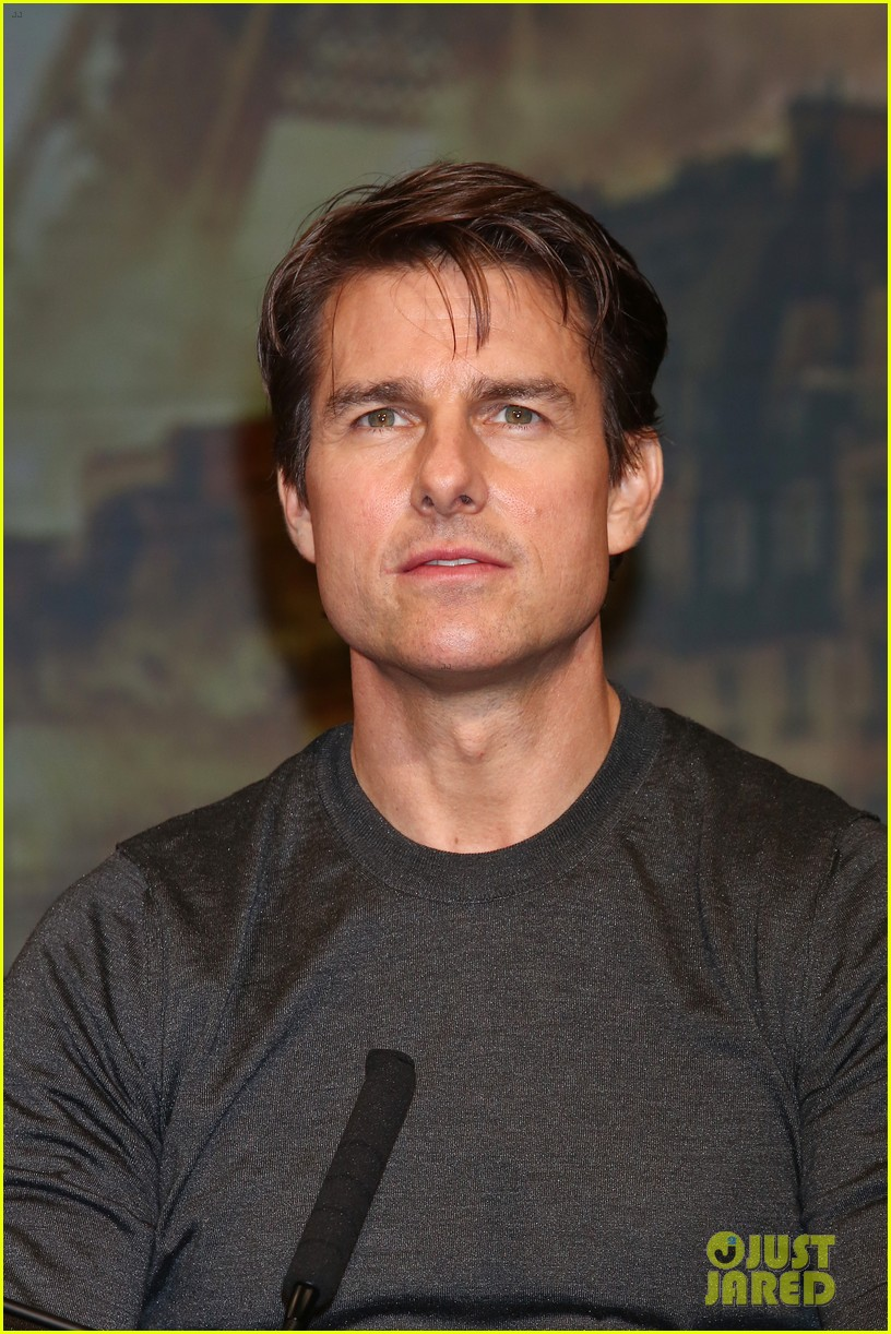 tom cruise joins edge of tomorrow director doug liman at tokyo press 093144575
