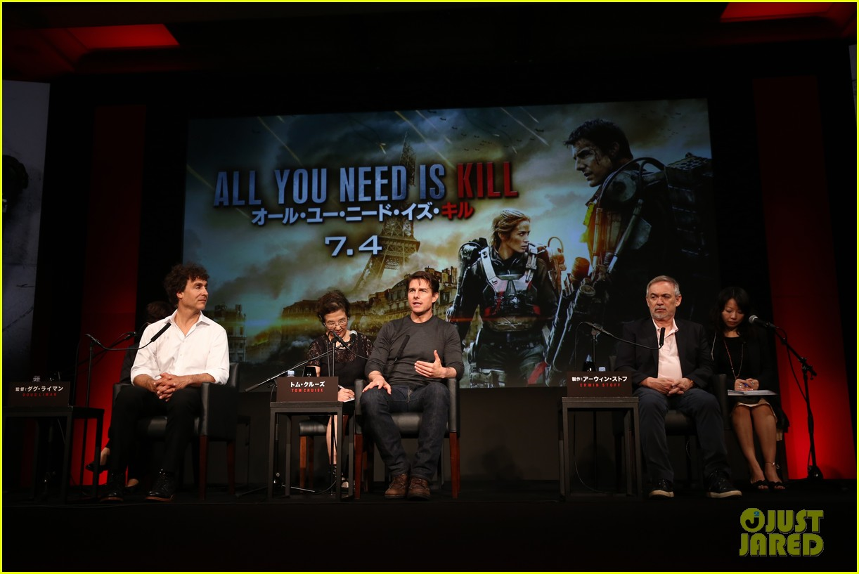 tom cruise joins edge of tomorrow director doug liman at tokyo press 12