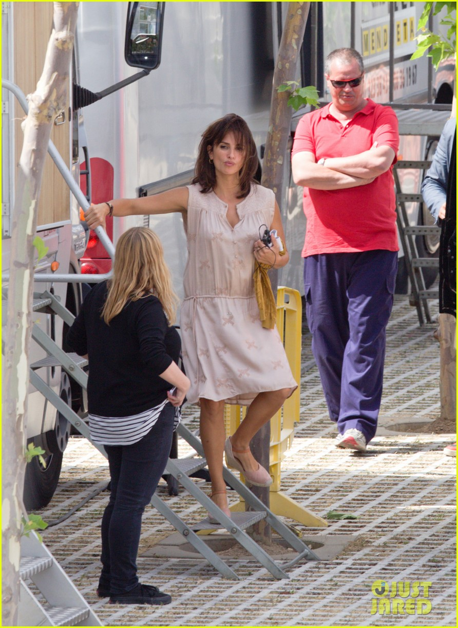 penelope cruz looks fresh faced beautiful on set 10