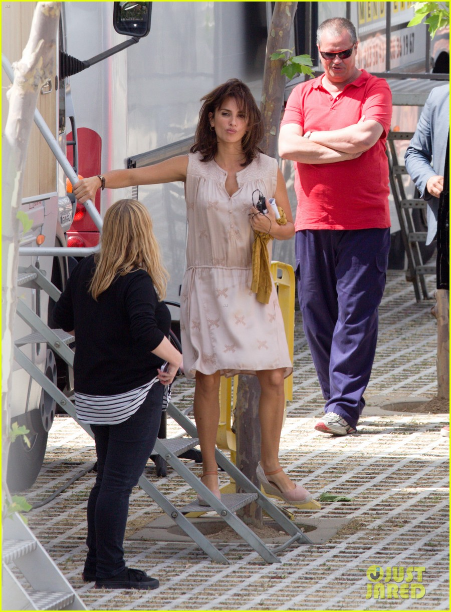 penelope cruz looks fresh faced beautiful on set 113128154