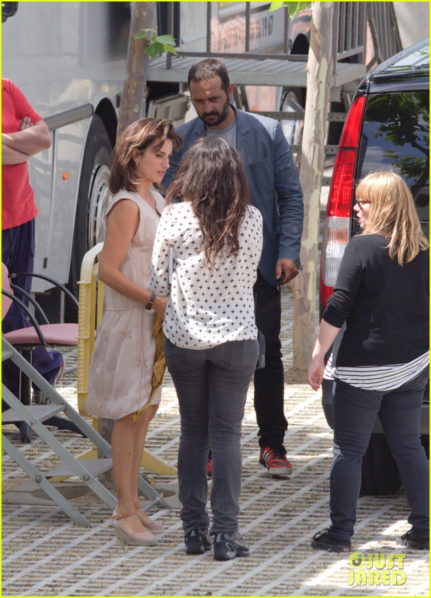 penelope cruz looks fresh faced beautiful on set 12