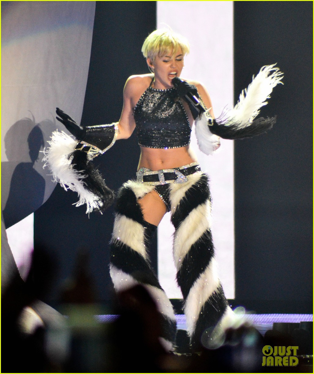 miley cyrus stop bullying love eachother belgium concert 203140619