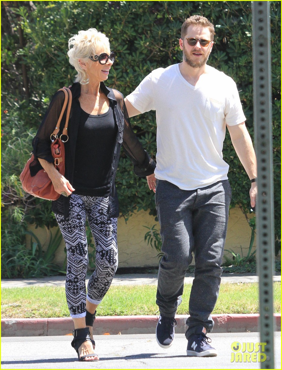 josh dallas holds his moms hand after baby oliver birth 053128606