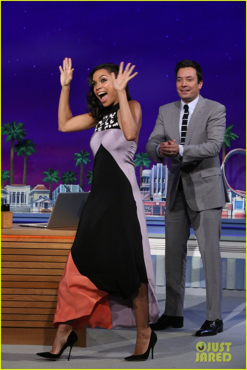 rosario dawson meets albino alligator family on the tonight show 023138751