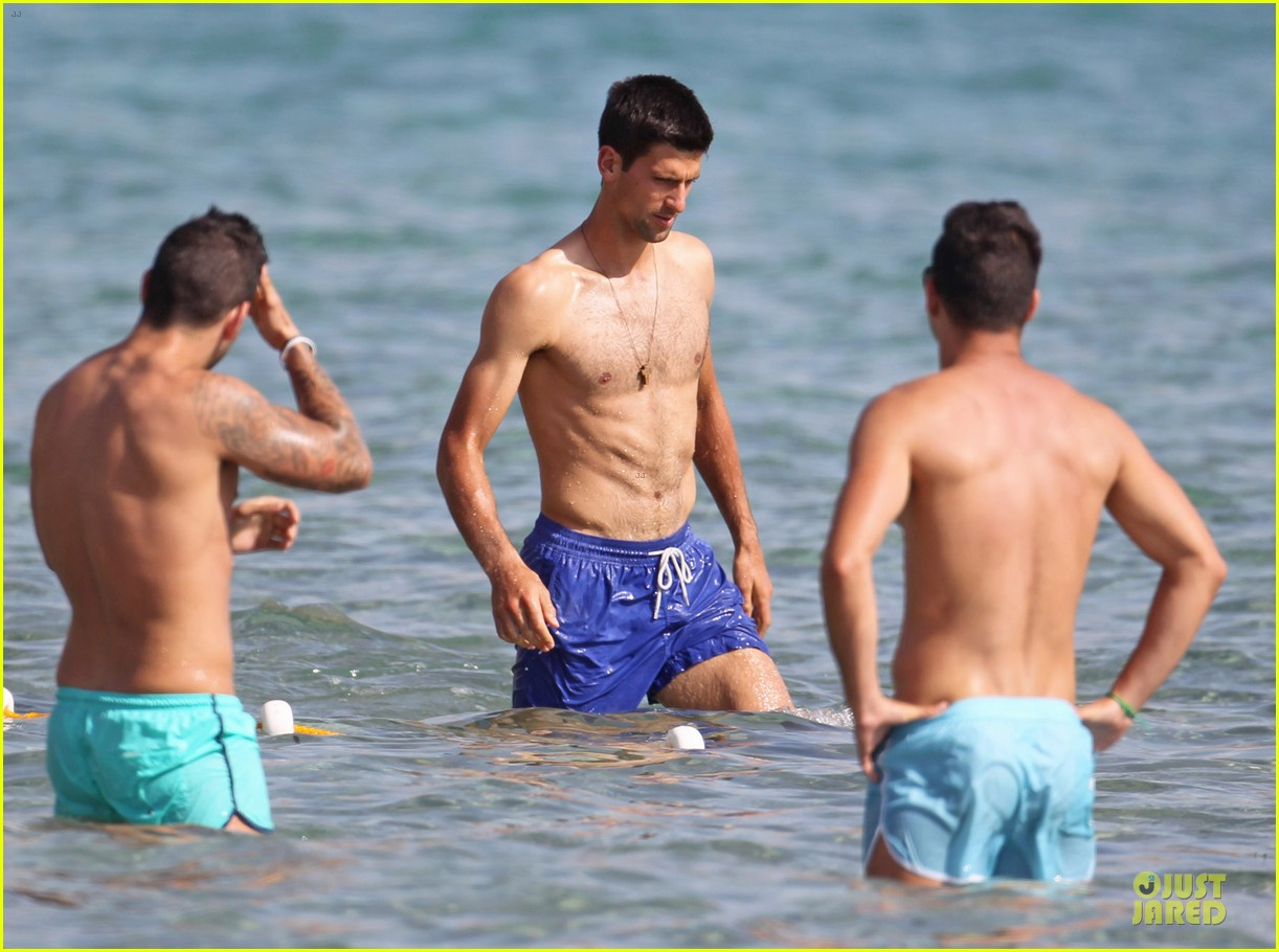 novak djovokic shirtless vacation after french open 02