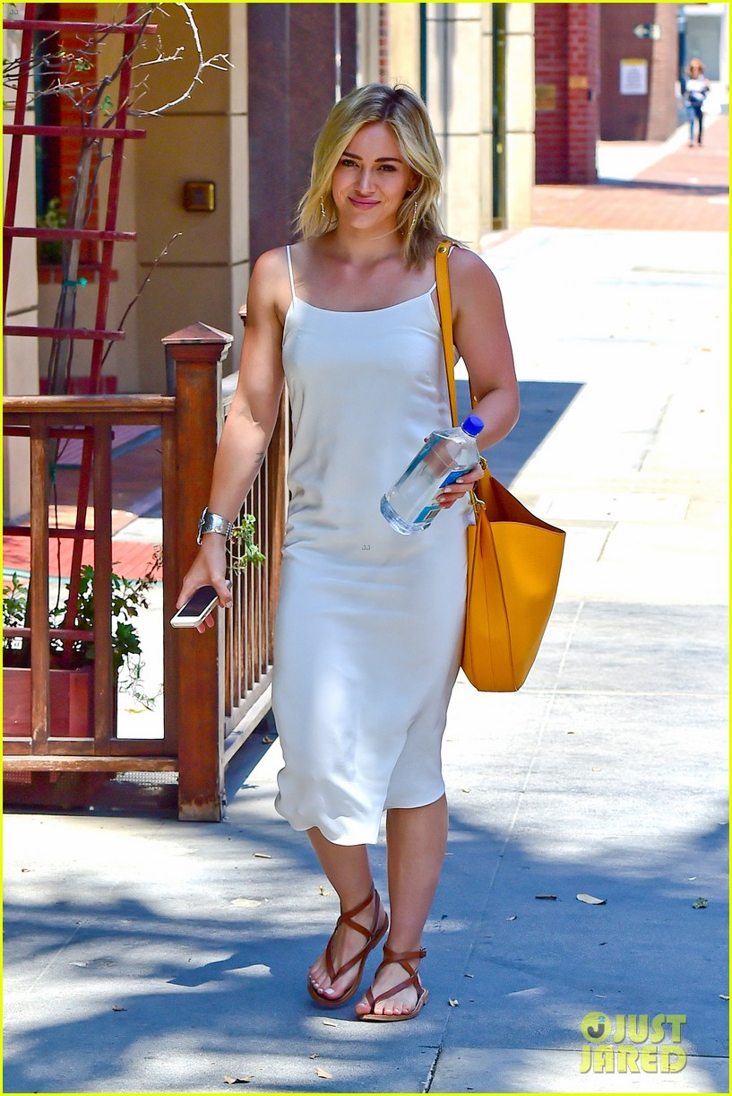 hilary duff cant seem to grab jonah hills attention 17
