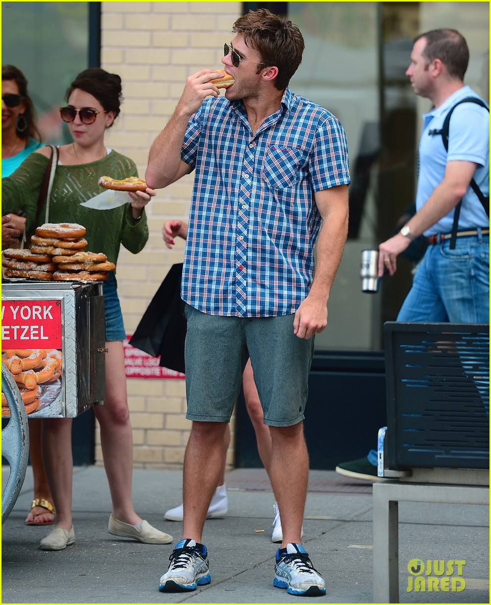 scott eastwood chows down on a hot dog 06