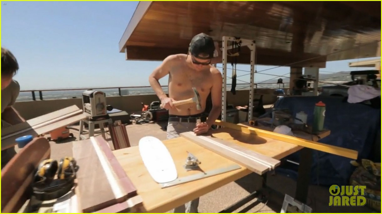 zac efron shirtless making skateboards 13
