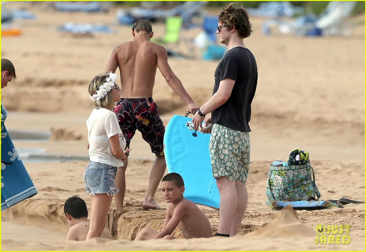 emma roberts bikini hawaii vacation evan peters 28