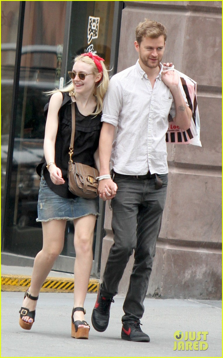 dakota fanning boyfriend walk hand in hand 01