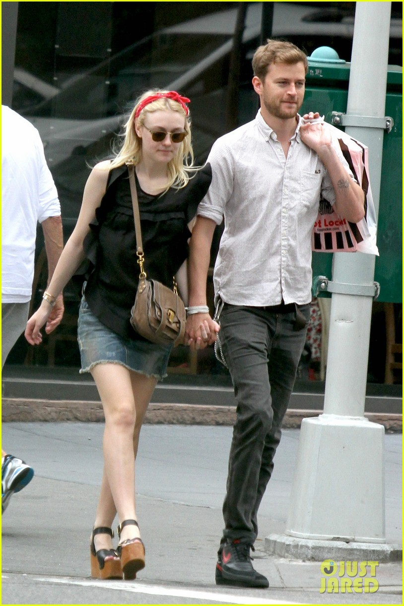 dakota fanning boyfriend walk hand in hand 04