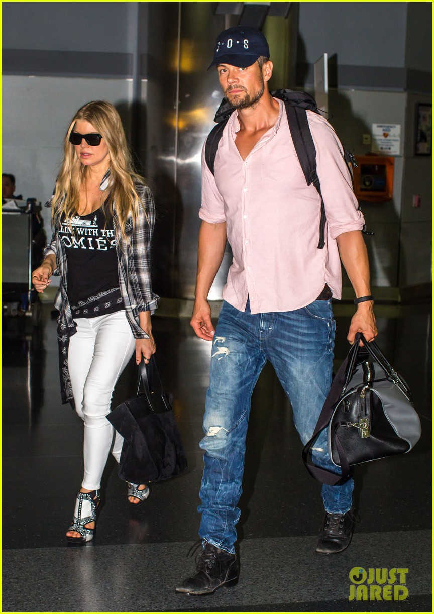 fergie gets the major giggles at the airport with josh duhamel 06