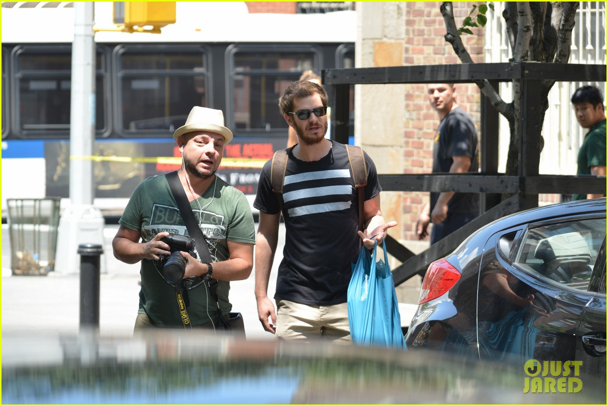 andrew garfield confronts paparazzi on stroll with emma stone 023141866