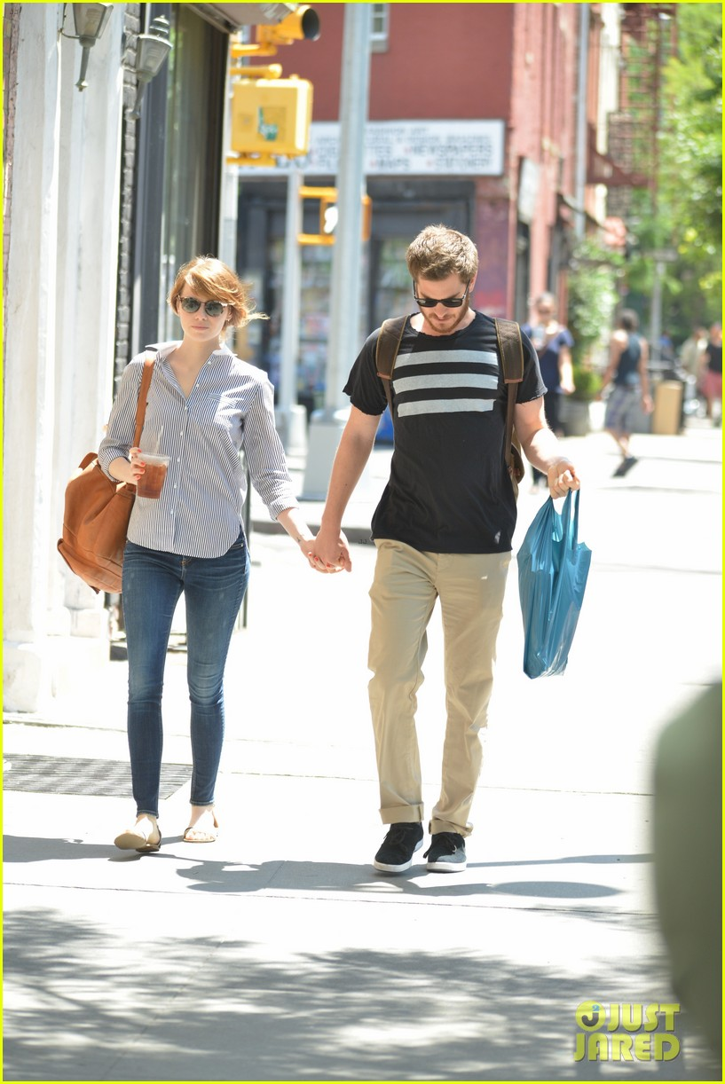 andrew garfield confronts paparazzi on stroll with emma stone 09
