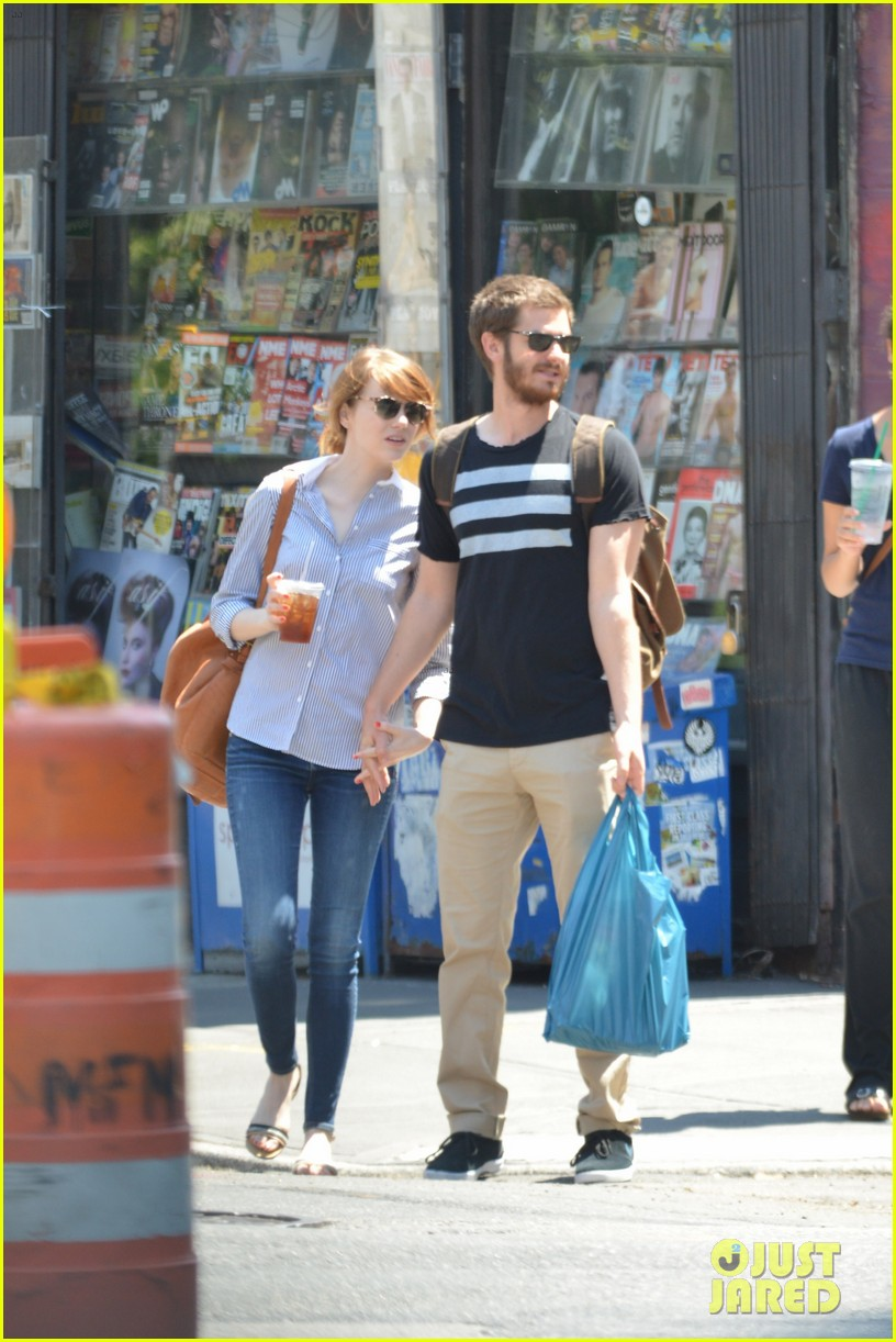 andrew garfield confronts paparazzi on stroll with emma stone 183141882