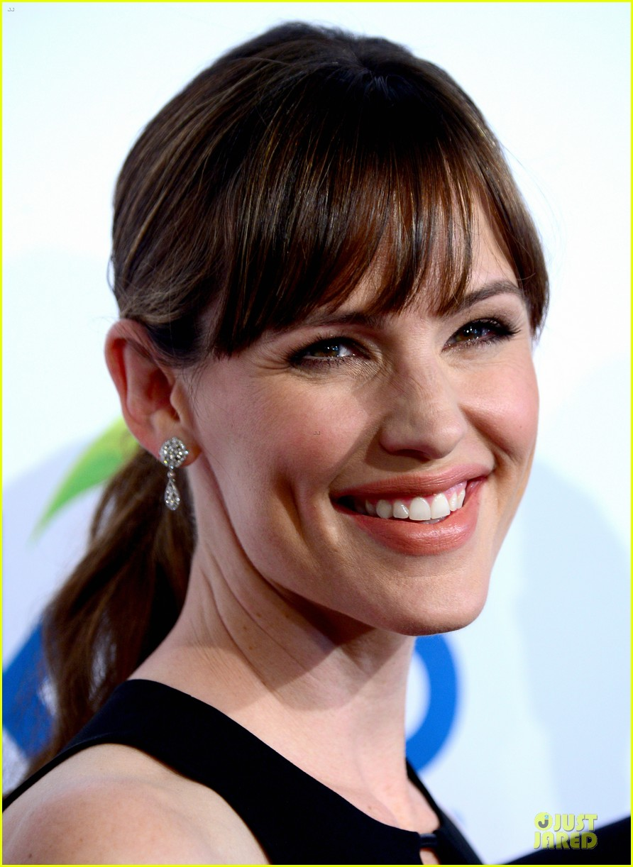 jennifer garner rocks jumpsuit as thrist gala host 023142904