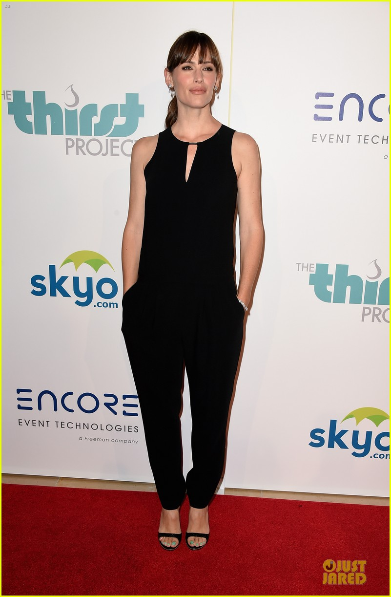 jennifer garner rocks jumpsuit as thrist gala host 063142908