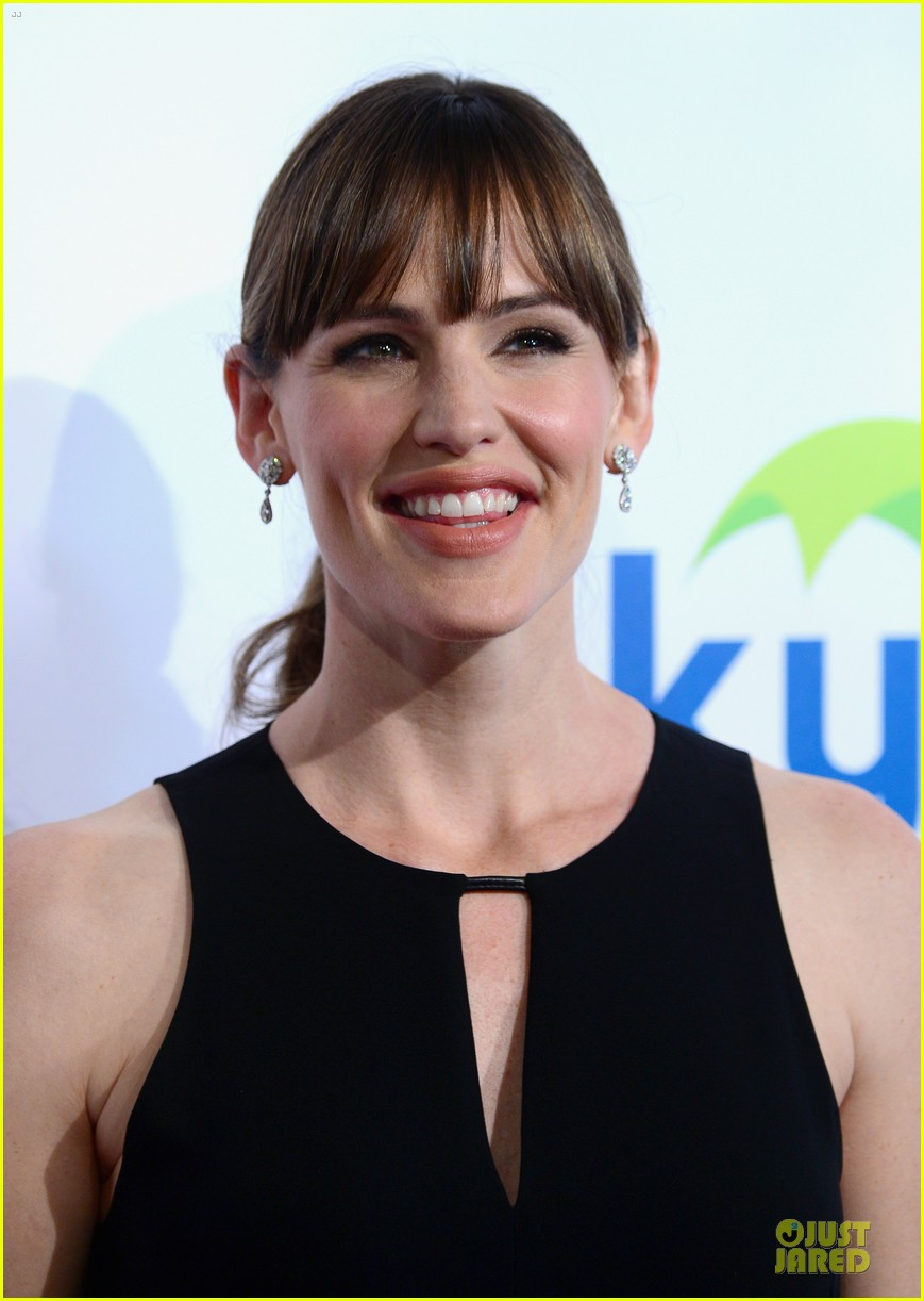 jennifer garner rocks jumpsuit as thrist gala host 10