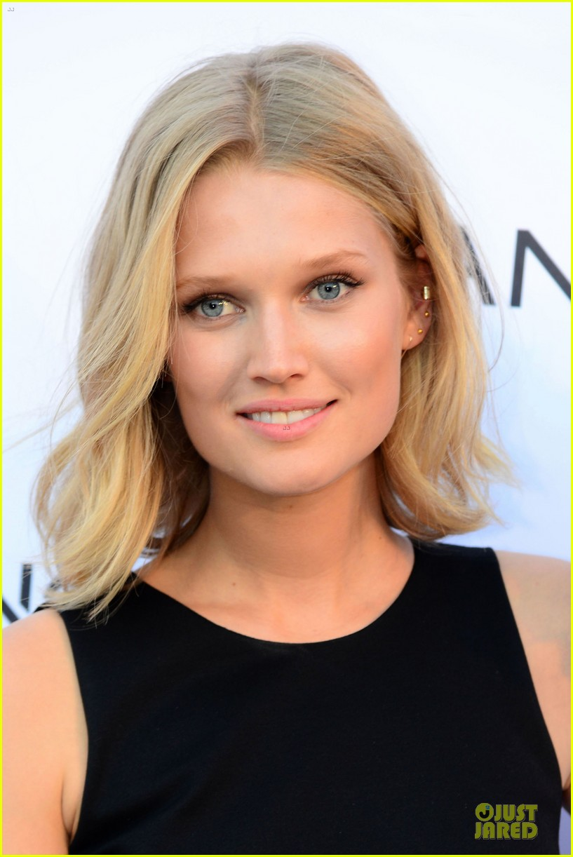toni garrn legs for days at mango fashion show 073147187