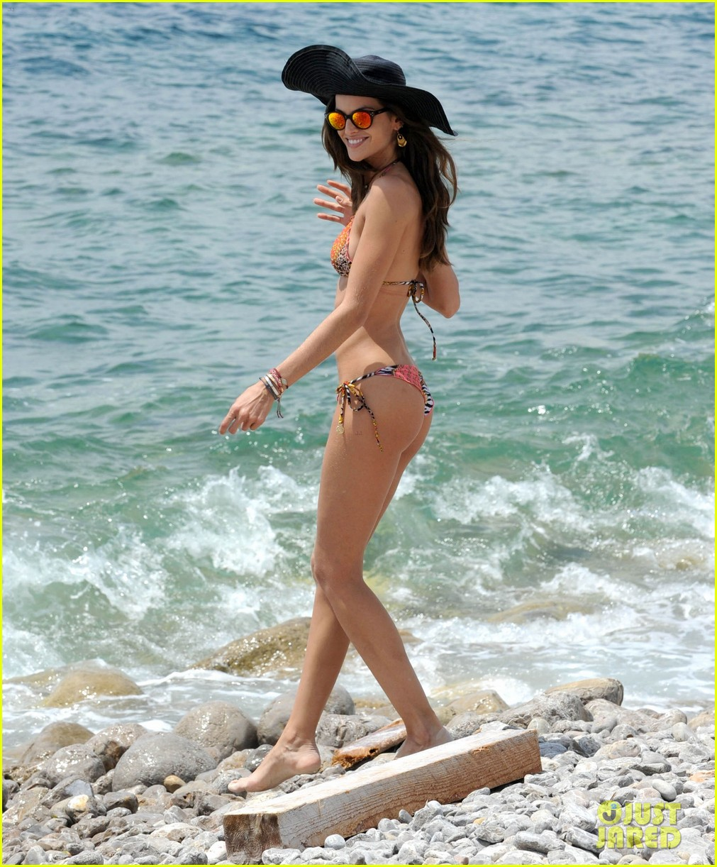 izabel goulart rocks bikini on vacation 013142538