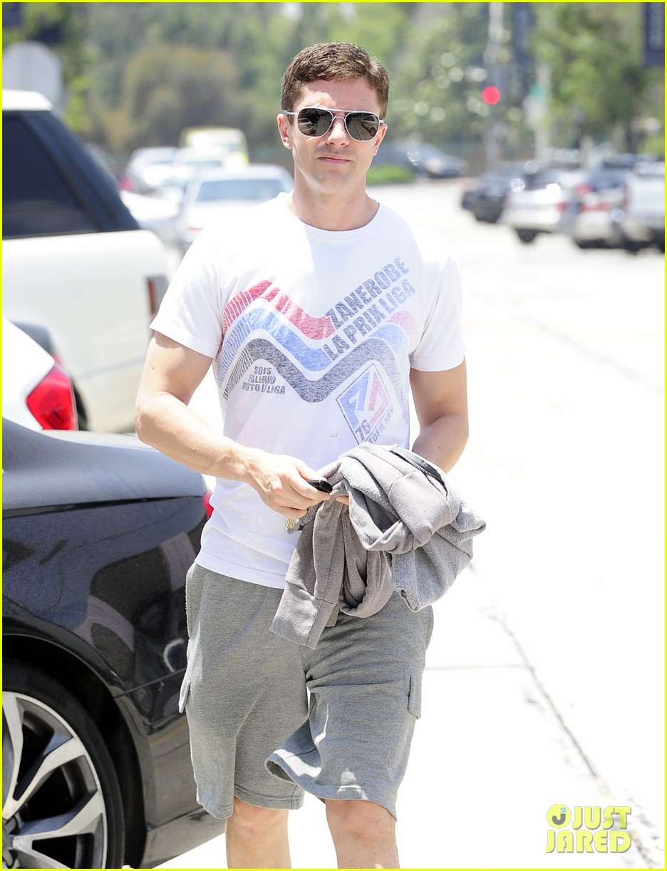 topher grace makes one fans day at the gym 08