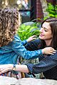 anne hathaway dons long haired wig on the intern 15