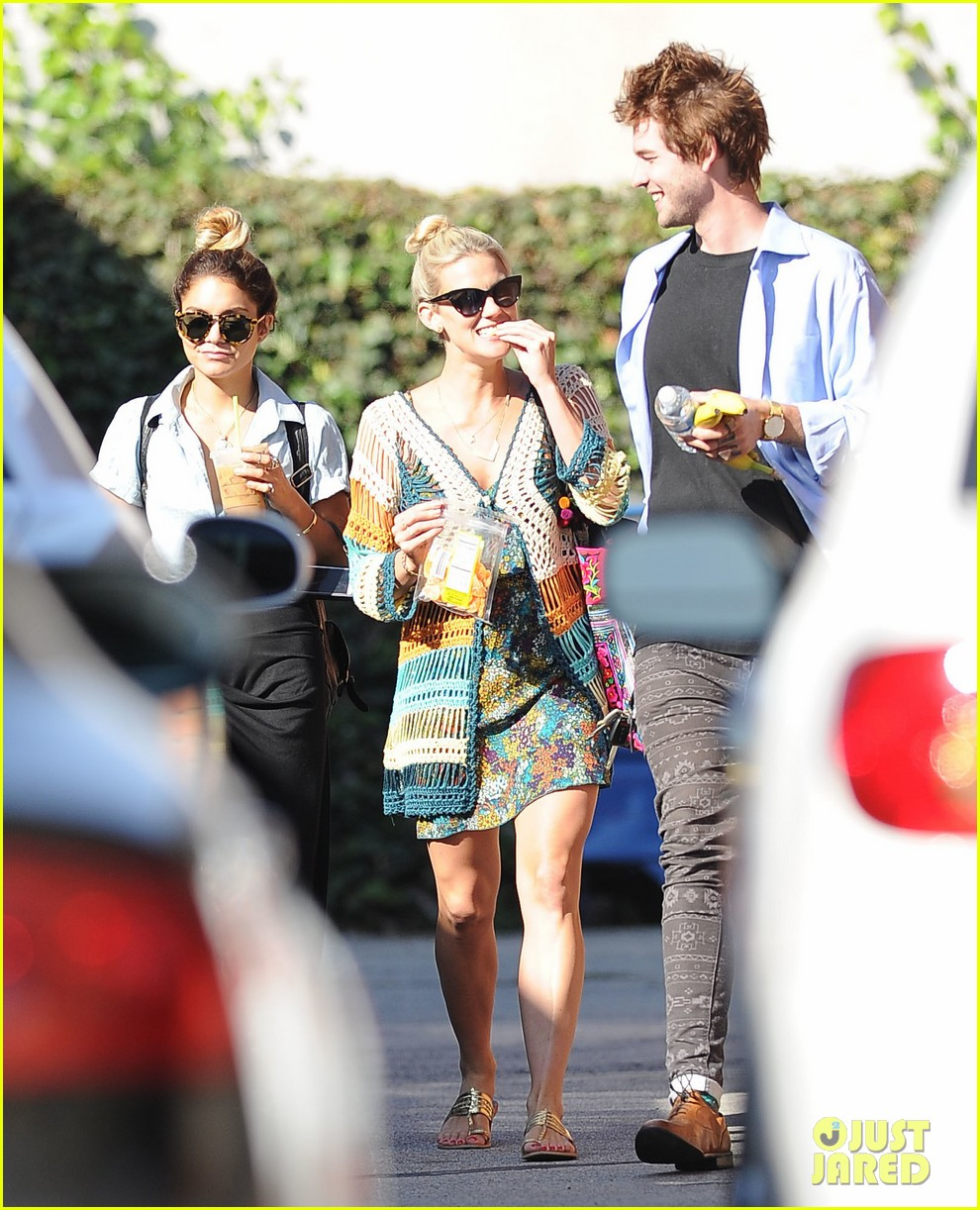 vanessa hudgens starbucks friends 163135561