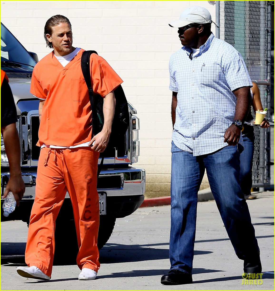charlie hunnam gets released from jail 06