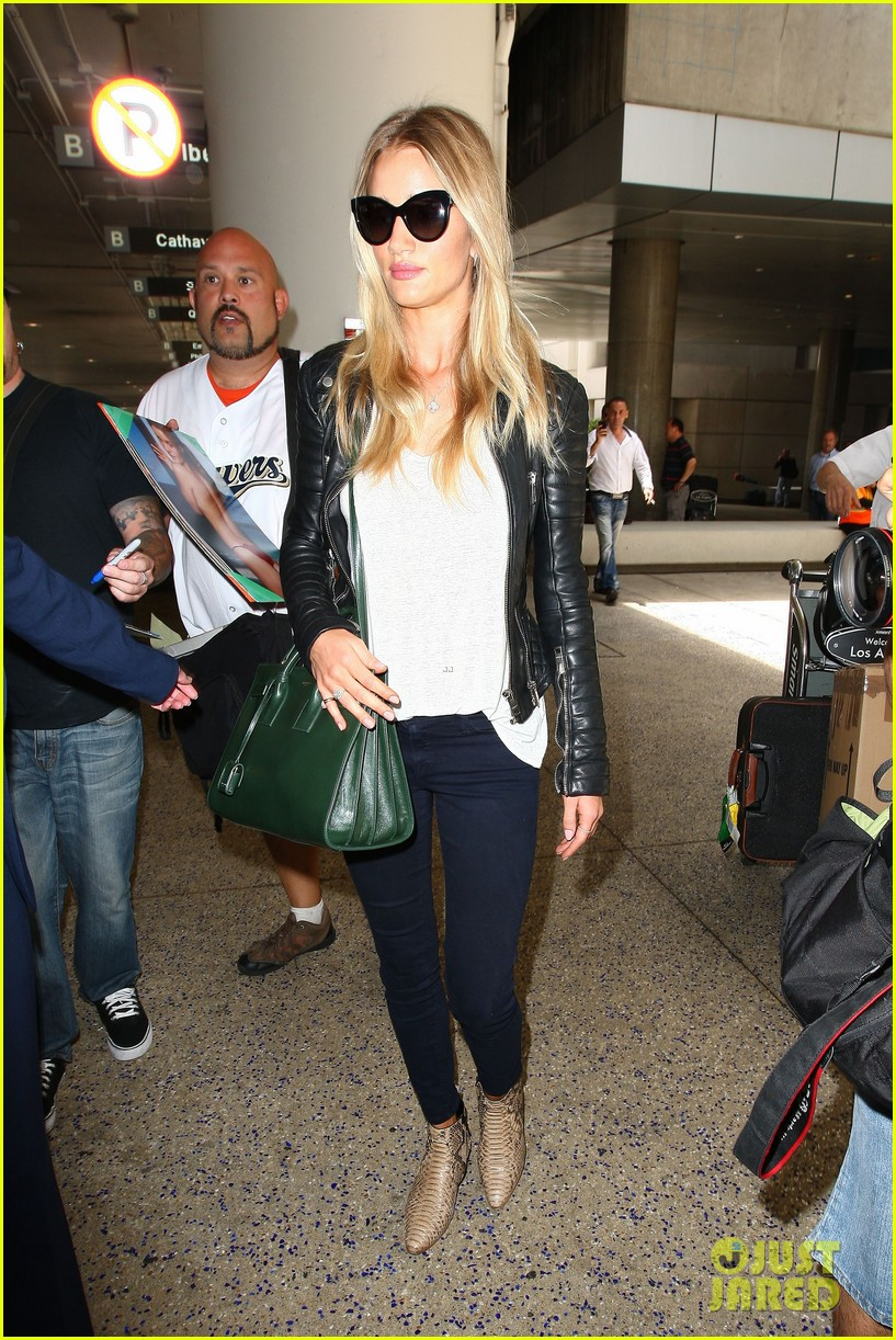 rosie huntington whiteley gives blessing to nicola peltz 123144256