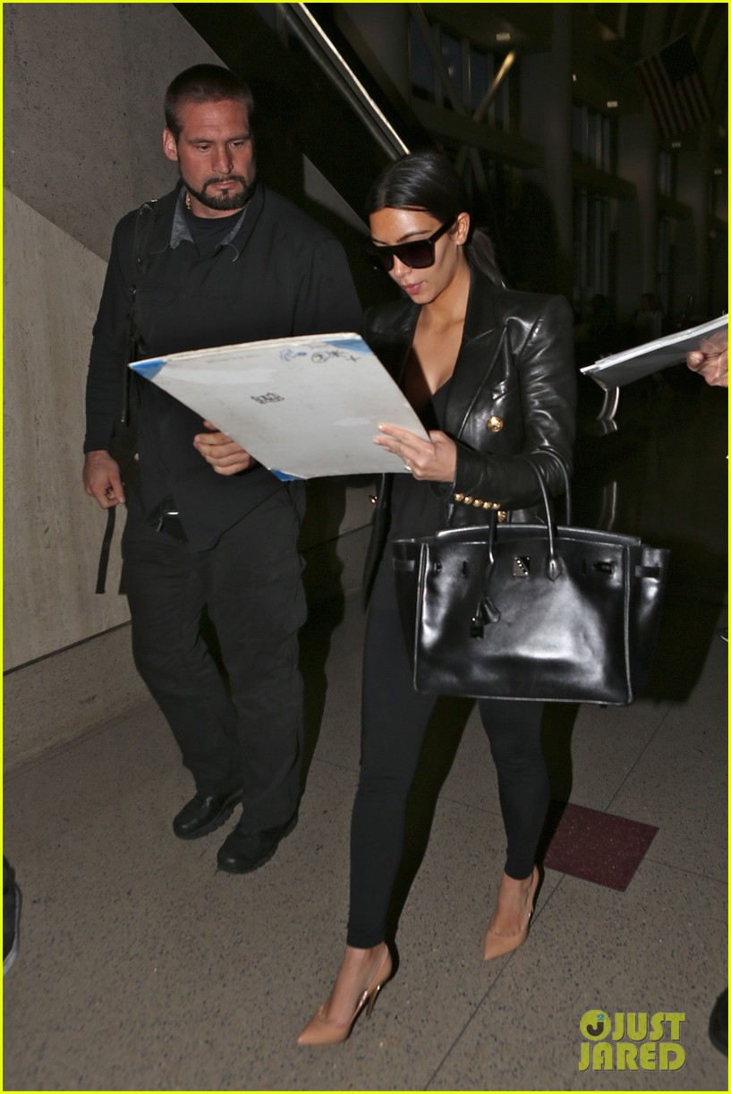 kim kardashian arrives at lax without new husband kanye west 09